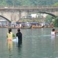 鳳凰古城⑮ 川の中の子供